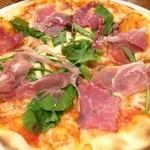 Osteria YOSHI - 生ハムとルッコラのピザ
