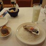 ラ・テンダ・ロッサ - アミューズ(生牡蠣)、右上:クリーム入りのレモンチェロのソーダ割り(2013.11)
