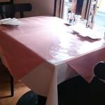 22524025 - 店内のテーブル席