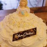 シュマン - ホワイト・プリンセス 5.5号 苺ムースを包んだスポンジを真っ白なクリームでデコレーションしたお姫様ケーキ❤