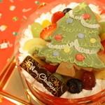 シュマン - ホーリー・ナイト 5号 オレンジ風味のヨーグルトムースを、ココナツサブレ生地にのせて、ツリークッキーをトッピング!