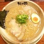 越後秘蔵麺 無尽蔵 - 豚骨醤油らーめん   690円