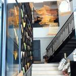 LUGALIS - 店内へは、この階段を上る