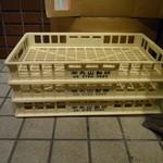 大 - 店舗の外に積まれている「丸山製麺」の麺箱
