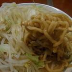 大 - 麺は硬めに仕上げられたちぢれ太麺。