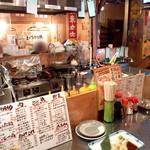 居酒屋ニューシンマチ - 庶民的な空間。カウンターの向こうがテーブル席【'13.11月】
