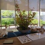司馬遼太郎記念館 カフェコーナー - 綺麗に飾られたテーブル