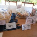 司馬遼太郎記念館 カフェコーナー - 土産もさりげなくアピール