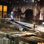 エアポートグリル&バール - カウンター席の前には飛行機が・・・