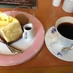 岡山珈琲館 - カボチャのシフォンケーキとマンスリーコーヒーのセット 760円