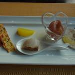 Vario - ランチB(2100円)の一つ目の前菜。炙ったホタテやキッシュなど