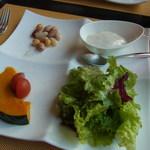 Vario - 二つ目の前菜。サラダのドレッシングは泡立てたチーズ(右上)