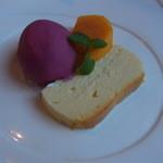 Vario - デザート。濃厚なチーズケーキとブドウのジェラート