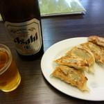 22547484 - 瓶ビール470円と、焼き餃子250円