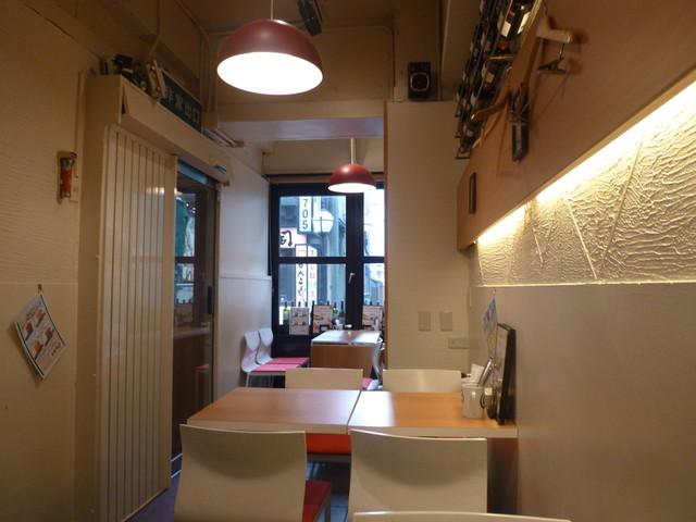 道頓堀ゼロカフェ - 白がベースの落ち着いた店内、この後ろの奥にもたくさんスペースがありました