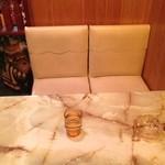 印度カレー - 目がくら〜っとするような大理石調のテーブル(苦笑)