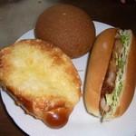 ブルク 手作りパン - 左からチーズパン147円、ロティボーイ170円、カツサンド300円