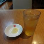 上海湯包小館 - 席に着くと、生姜の細切りとお茶が出てきます。