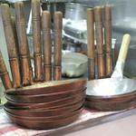いし原 - カウンターの上には、親子丼用の鍋と言うか、       縦に長い柄のついた平たく浅い鍋が積まれております。       かつ煮用の鍋なんでしょうね。でも、親子丼もあります。