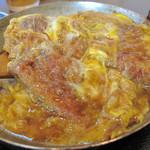 いし原 - 甘濃い醤油味のつゆで煮込まれたカツはストレートに食欲を刺激します。