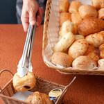 カレオ - 料理写真:香ばしいかおりがたまらない『焼きたてパン』