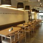 CAFE EST - 清潔感あふれる明るい店内
