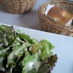 レストラン・アダージョ - サラダとパン