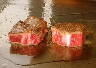 さが風土館 博多季楽 - 鉄板上で焼かれている肉