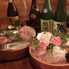 Torihanuohan - 料理写真:天然インドマグロが入った特上海鮮桶盛。天然インドマグロの甘~い味わいと産地直送の新鮮刺身はお酒との相性抜群!