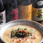 とりとり亭 - とりとり亭 究極のモツ鍋 は鶏ガラから摂ったオリジナルスープで割ったみそベース鍋