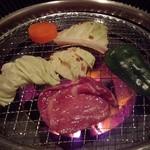 焼肉モリタ屋 - 『野菜』と『タン塩』を焼いているところ…(*^。^*)