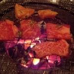 焼肉モリタ屋 - 『和牛ロース』、『和牛カルビ』、『上ミノ』を焼いているところ…(*^。^*)v