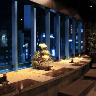 新宿の夜景を眺めるお席もあり