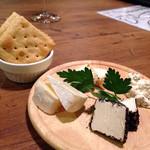 備長炭イタリアン 創 - チーズ盛り合わせクラッカー添え800円