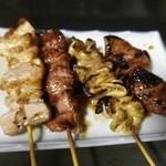 とん吉 - 串物4種 左から豚バラ、カシラ、シロ、レバー