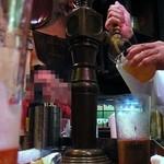 22572971 - 薄いタンブラーに生ビールを注ぐ女将さん