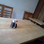 22573428 - 手前、私の座った8人テーブル、向こうが4人テーブル