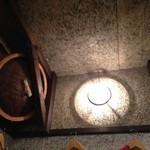 居酒屋 三太 - 明かりにはなんと「ざる」が使われてます…。遊び心を感じます。蒸し物専門だから?