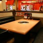焼肉牛太 - 広々としたお席はカップルやご家族連れに好評です。