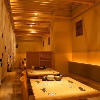 木の温もり溢れる心地よい空間。個室は最大40名様までご利用可