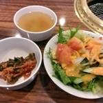 22586229 - サラダ・キムチ・スープは食べ放題!