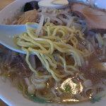 札幌ラーメン 三九 - 麺は北海道の麺より細め、 縮れ少なめ。