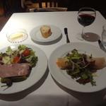 オー・ボール・ド・ロー - 豚肉の田舎パテ(リンゴとクルミのサラダ添え)、スモークサーモンとアヴォカドのそば粉クレープ包み、赤ワイングラス(仏ボルドー産)