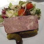 オー・ボール・ド・ロー - 豚肉の田舎パテ、リンゴとクルミのサラダ添え