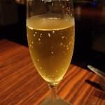 カフェ リポース - スパークリングワインで乾杯。