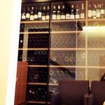 キメラ - ウェイティングスペースから見えるワインセラー。 '13 11月中旬