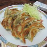 旭軒 - そして昔から変わらない美味しいパリパリに焼かれた手作りの餃子。  カレーライスと共にこの店の2トップの人気商品です。