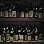 いちげん屋 - 棚には、人気の焼酎から幻のお酒までびっしり詰まってます。