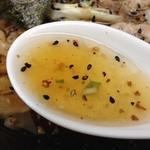 手もみラーメン 十八番 - スープ