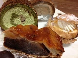 モンマルトル - アップルパイのテリテリ、パイのザクザク、抹茶ロールの真ん中の小倉
